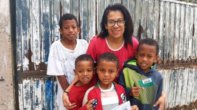 Kessia e sua família estão entre as 450 famílias de Timóteo beneficiadas pelo cartão doado pelo Ajudôu do Programa Fazer o Bem Faz Bem da JBS