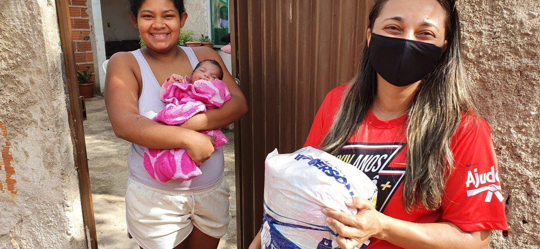Professores voluntários da ONG Ajudôu fazem doações voluntárias para famílias pobres